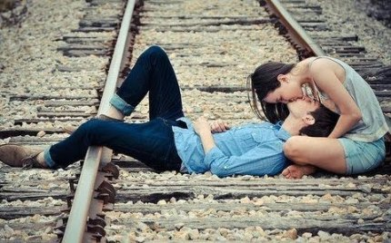 Cute-Couple-Kiss